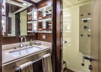 105-Azimut-Amanecer-luxury-yacht-charter-guest-twin-1